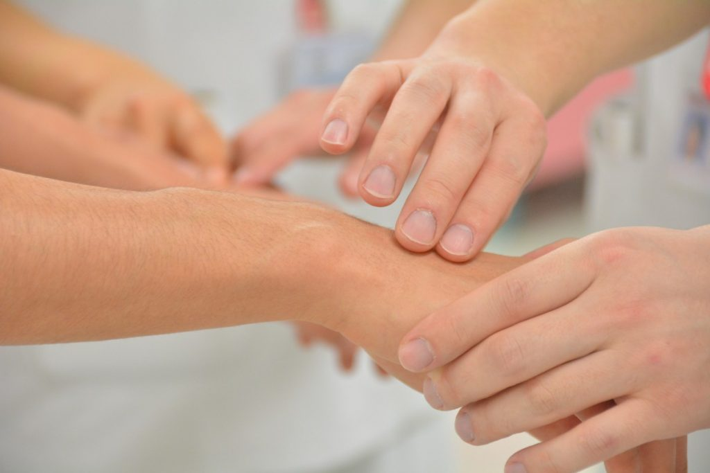 терапевт докосва ръката на пациент