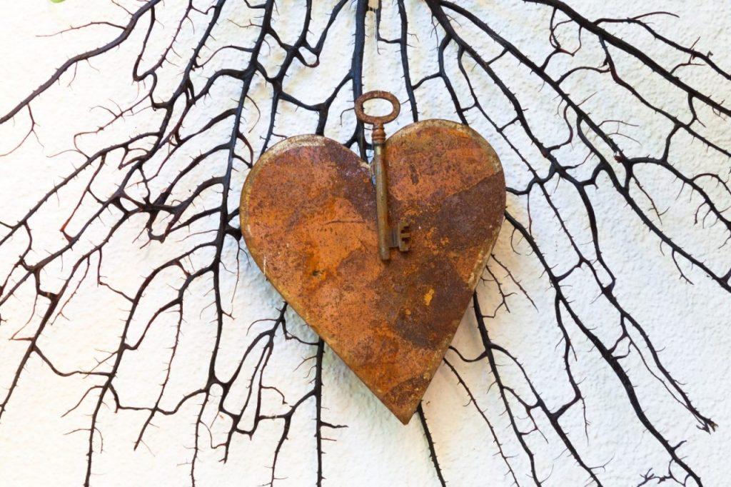 дървено сърце с ключ и ключалка