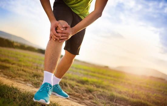 човек се държи за коляното