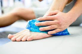синя торба лед върху крак